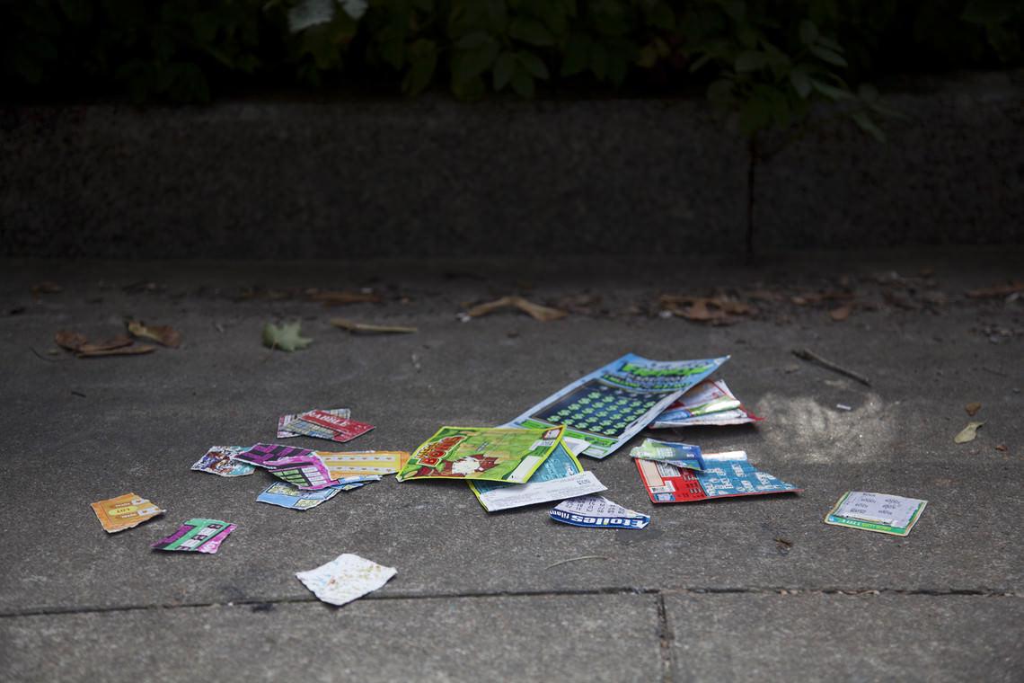- sans titre (des billets de loterie déchirés trouvés par l'artiste et répandus au sol çà et là)